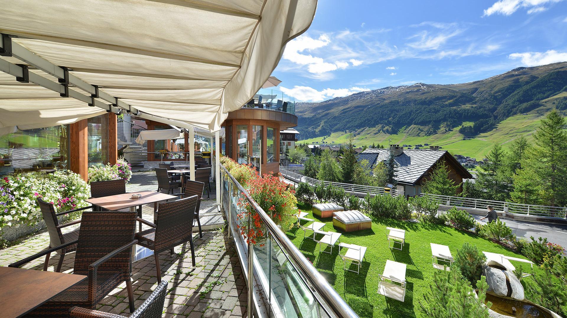 vista estiva dell'hotel Baita Montana a Livigno in estate